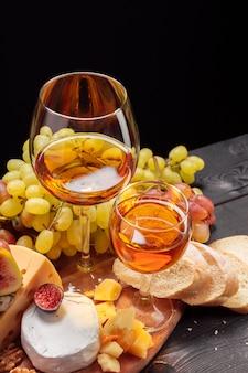 Wijn en kaas op de tafel