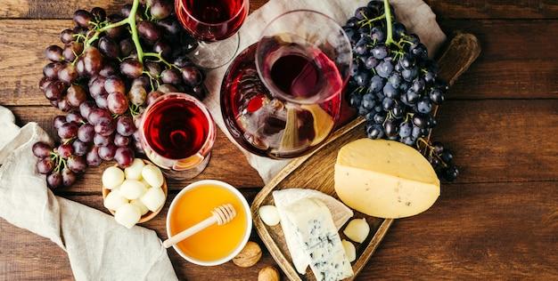 Wijn en kaas op houten achtergrond bovenaanzicht