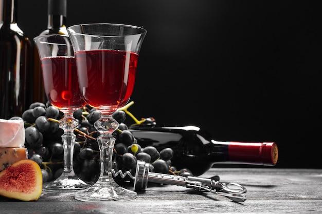 Wijn en kaas op tafel