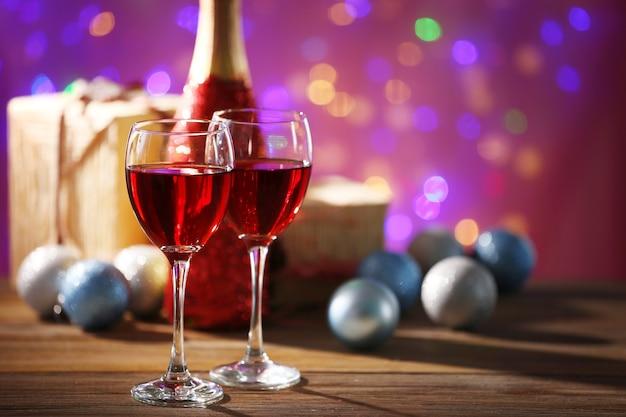 Wijn en kerstversiering op helder