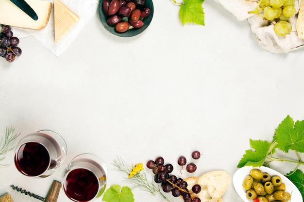 Wijn- en snackset. grijze marmeren achtergrond, bovenaanzicht, kopie ruimte