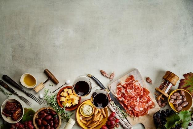 Wijn en tapas, bovenaanzicht, copyspace