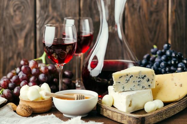 Wijn en verschillende kaas op hout