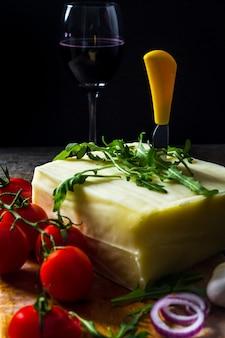 Wijn en verse kaas op tafel