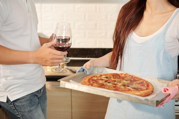 Wijn en zelfgemaakte pizza voor het avondeten