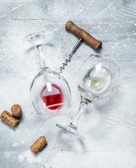 Wijn. glazen rode en witte wijn. op een rustiek.