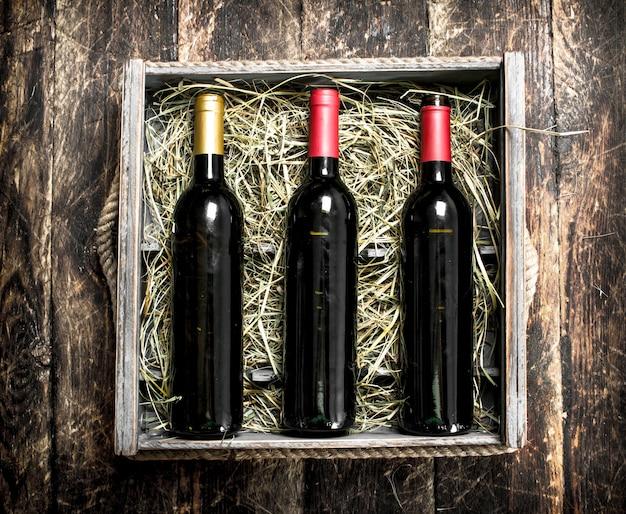 Wijn in de doos op houten tafel.