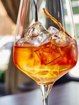 Wijn in glas met ijs, droge sinaasappel