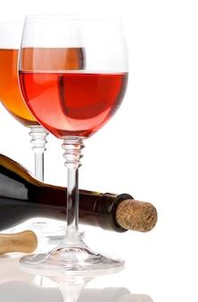 Wijn in glazen en fles geïsoleerd op een witte achtergrond