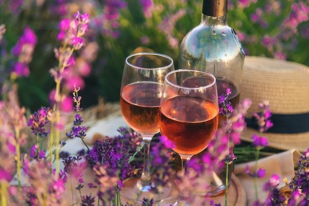 Wijn in glazen. picknick in het lavendelveld. selectieve aandacht. natuur.