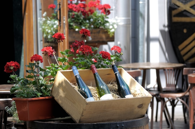 Wijn in oude flessen op een vat