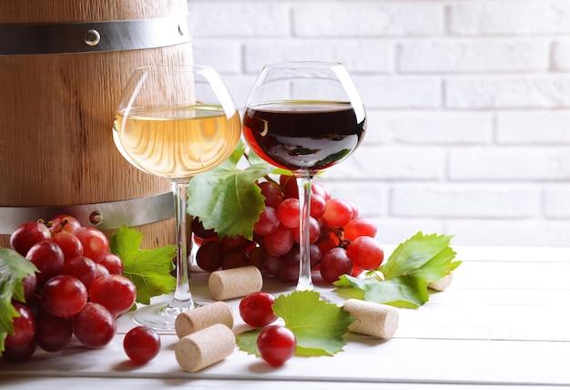 Wijn met druiven op tafel op bakstenen muur achtergrond