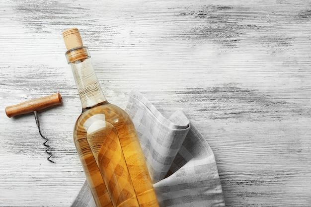 Wijn met kurkentrekker op lichte houten