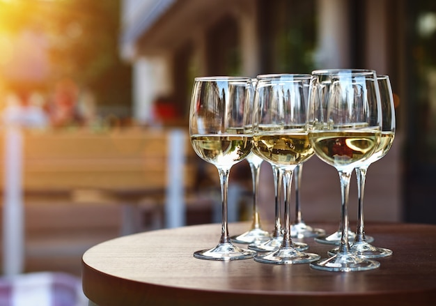 Wijn op het terras van de wijnmakerij, wijn in glazen buiten op zonnige dag