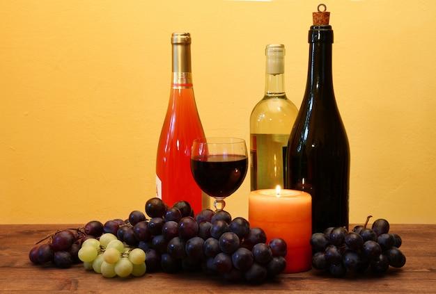 Wijnfles en druiven op hout