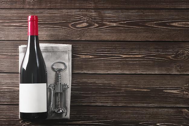 Wijnfles en kurkentrekker. kopieer ruimte.