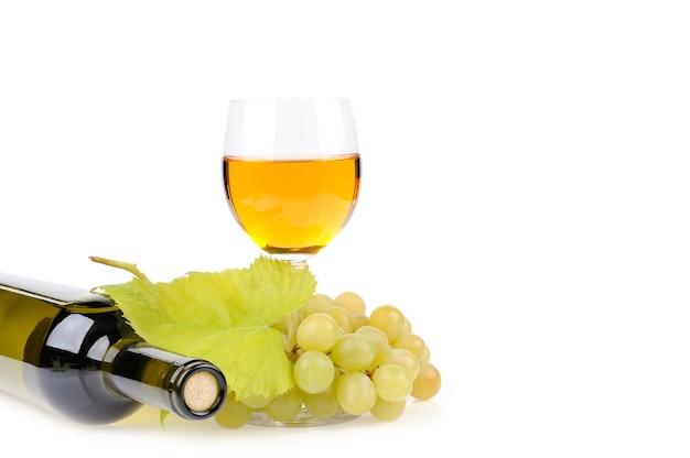 Wijnfles, glas en druiven op wit wordt geïsoleerd