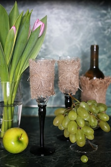 Wijnfles groene druif op achtergrond