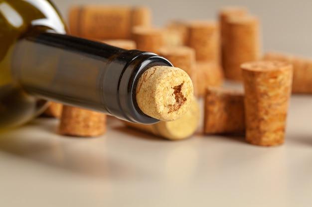 Wijnfles met cork op donkere dichte omhooggaande mening
