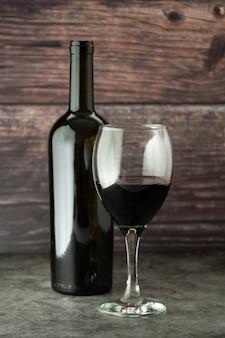 Wijnfles met de rustieke houten raad van het wijnglas corckscrew, exemplaarruimte.