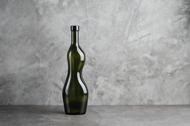 Wijnfles op een concrete achtergrond. vrije ruimte voor inschrijving.