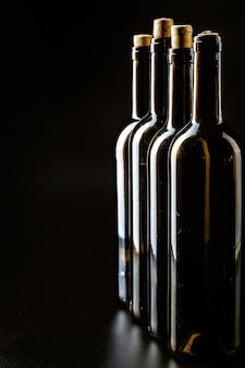 Wijnfles op een donker zwart