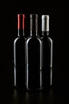 Wijnfles op een donkere zwarte kleur