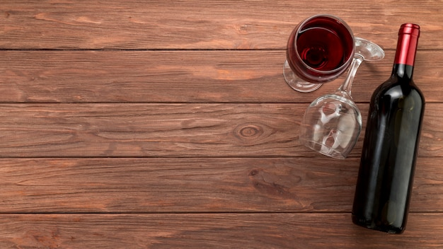 Wijnfles op houten achtergrond