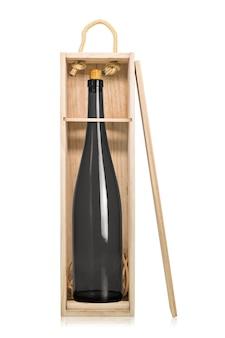 Wijnflessen in houten doos die op witte achtergrond wordt geïsoleerd