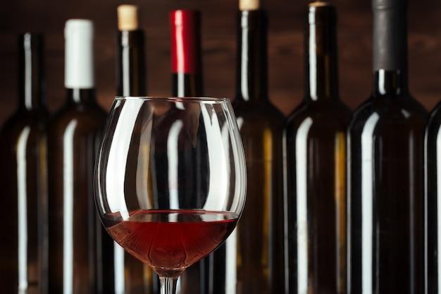 Wijnflessen met glas, hout