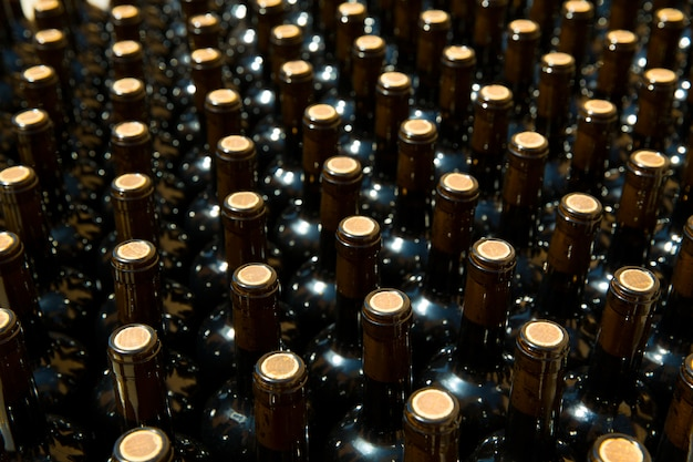Wijnflessen op een rij als patroon met cork