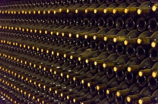 Wijnflessen opgeslagen in de ondergrondse kelder voor veroudering.