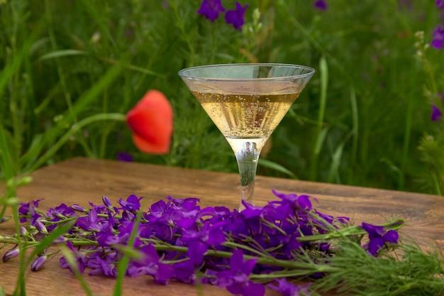 Wijnglas in de weide