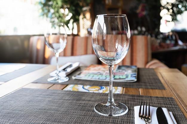 Wijnglas in een restaurant. een tafel in het restaurant voor gasten.