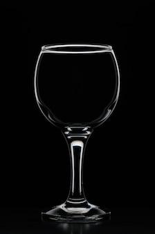 Wijnglas ingewijd door wit silhouetlicht met reflectie