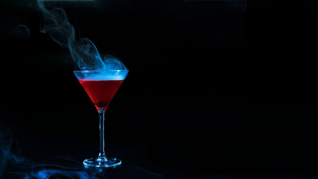 Wijnglas met rode rokerige vloeistof