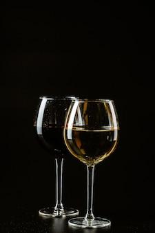 Wijnglas op een donkere kleur
