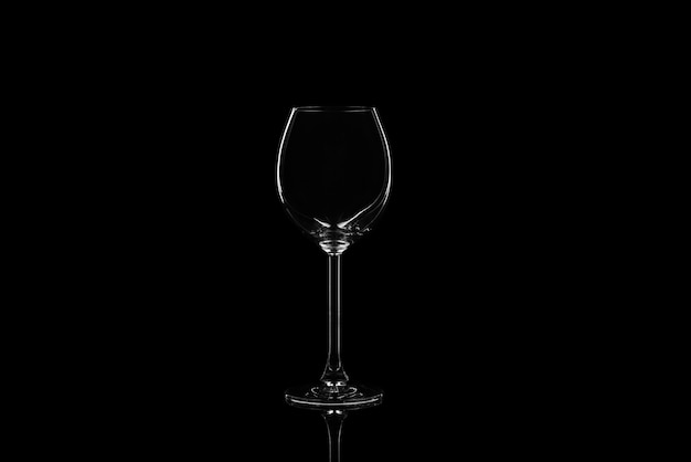 Wijnglas op een zwarte muur