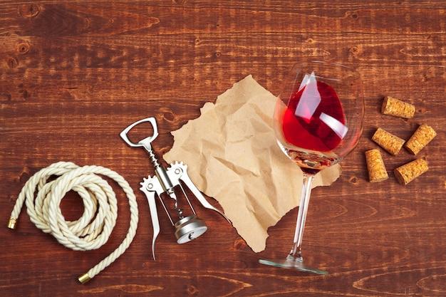 Wijnglas op houten achtergrond