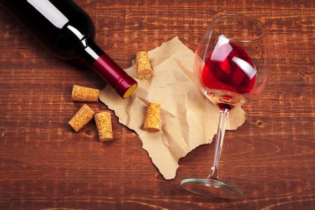 Wijnglas op houten tafel