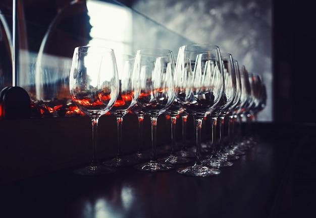 Wijnglas op tafel