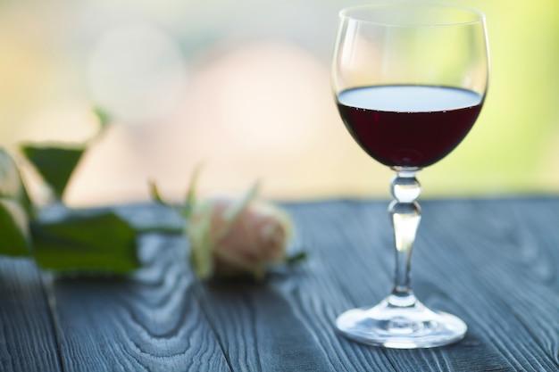 Wijnglas op wazig tafel