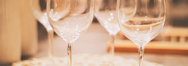 Wijnglazen geserveerd voor het familiediner in de keuken, het interieur en het luxe interieurconcept