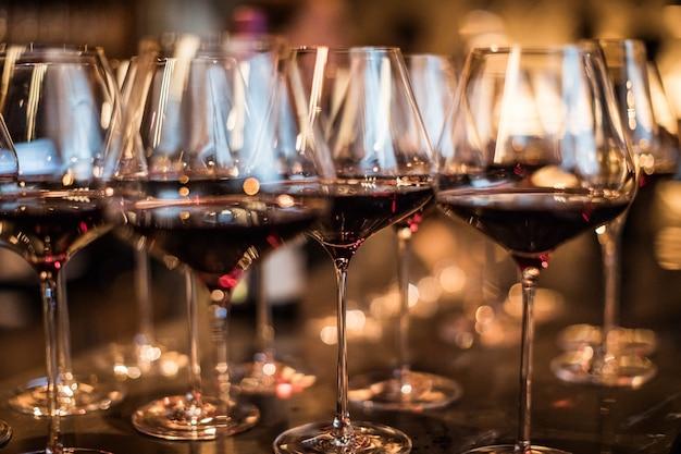 Wijnglazen in warm licht loft restaurant