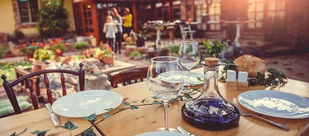 Wijnkaraf en glazen op eettafel
