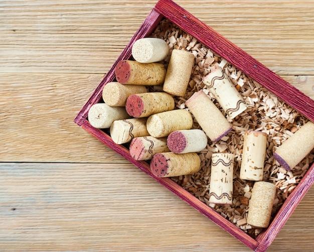 Wijnkurken in een houten kist