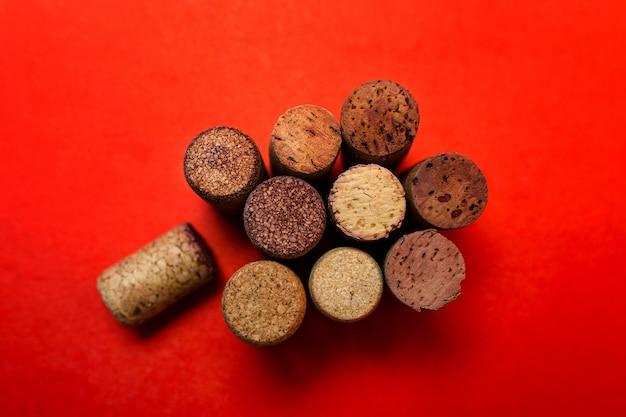 Wijnkurken op een rode achtergrond bovenaanzicht