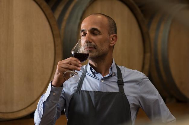 Wijnmaker die wijn proeft