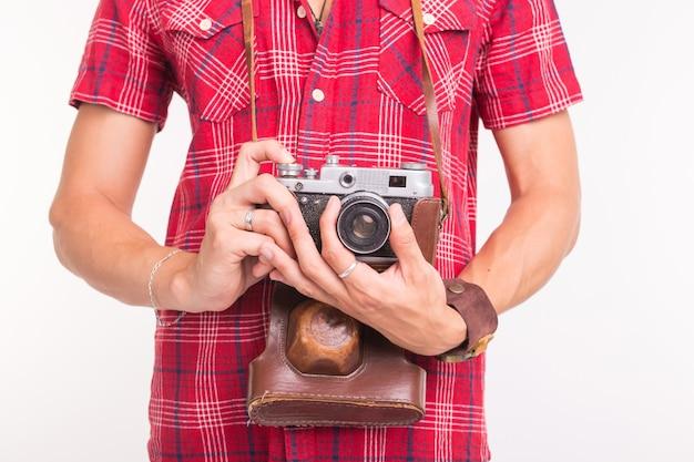 Wijnoogst, fotograaf en mensenconcept - retro camera in man handen over de witte muur