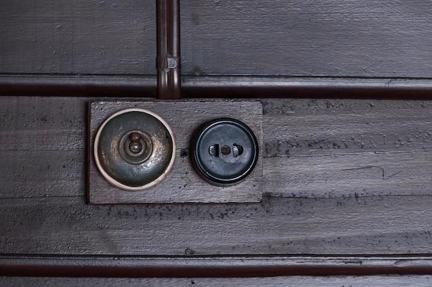 Wijnoogst gezet licht schakelt houten binnenmuur in